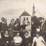 Chór parafialny po próbie na tle kościoła - lata 40-te XX wieku
