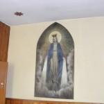 Obraz Matki Boski depczącej głowę węża w zakrystii