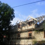 Cieślin - Stary młyn (budowa dachu nad murami)