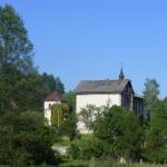 Cieślin - Widok na dzwonnicę kościelną i dom piętrowy od strony ulicy Stawowej