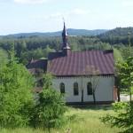 Cieślin - Widok na kościół parafialny ze wzniesienia za organistówką