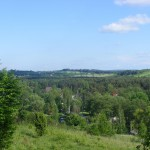 Cieślin - Widok na rejon stawu ze wzniesienia za kościołem