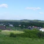Cieślin - Widok na budynki przy ulicy Polnej (na bliższym planie)