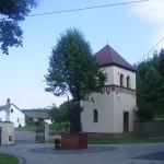 Plac przykościelny z pomnikiem św. Jana Pawła II