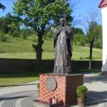 Pomnik św. Jana Pawła II na placu przed kościołemPomnik św. Jana Pawła II na placu przed kościołem