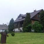 Widok na budynek plebanii od strony ogrodu