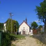 Widok na kościół i dzwonnicę ze starej drogi w kierunku Golczowic