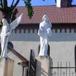 """ks. M. Dubiel - """"Rzeźba Aniołowie"""" (ujęcie 1) [Cieślin - brama boczna kościoła]"""