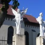 """ks. M. Dubiel - """"Rzeźba Aniołowie"""" (ujęcie 2) [Cieślin - brama boczna kościoła]"""