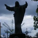 "ks. M. Dubiel - ""Rzeźba Chrystus Król"" (góra) [Poręba Dzierżna - cmentarz parafialny]"